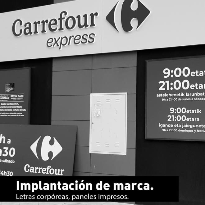 Letras corpóreas y paneles impresos Carrefour